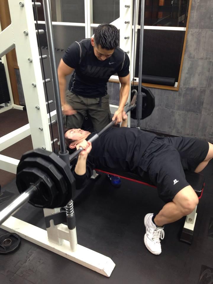 Dr.鈴木のトレーニング。春日井トレーナーに追い込んでもらっています。